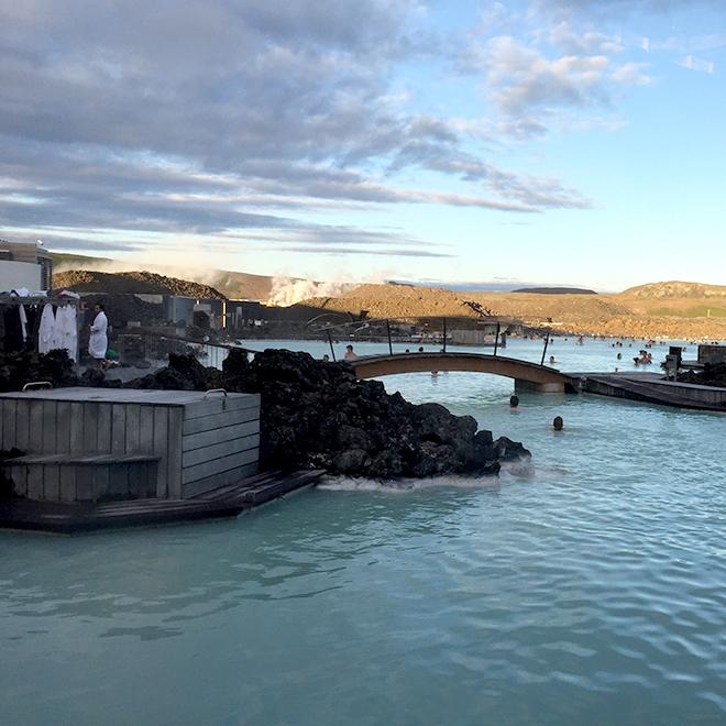 これがブルーラグーンの様子。この温泉には何時間でも浸かっていられる。撮影時刻は23:08