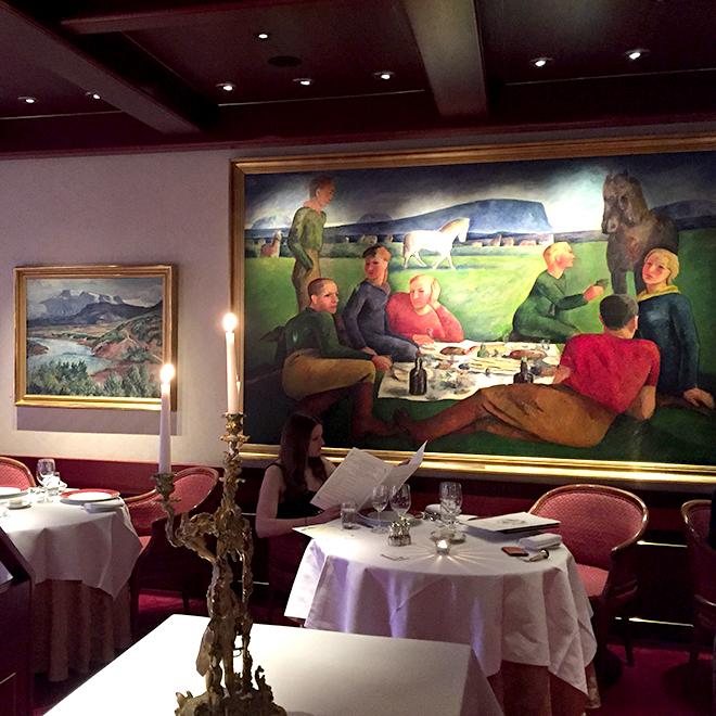 ホテル・ホルト内の「ギャラリー・レストラン」。国を代表する画家達による絵画がズラリ