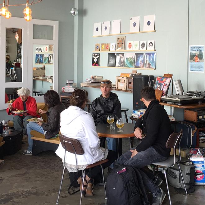 DJ歴30年を誇る人が昨年オープンした「カフィ・ヴァイナル」には音楽とコーヒーを愛する人達が集う