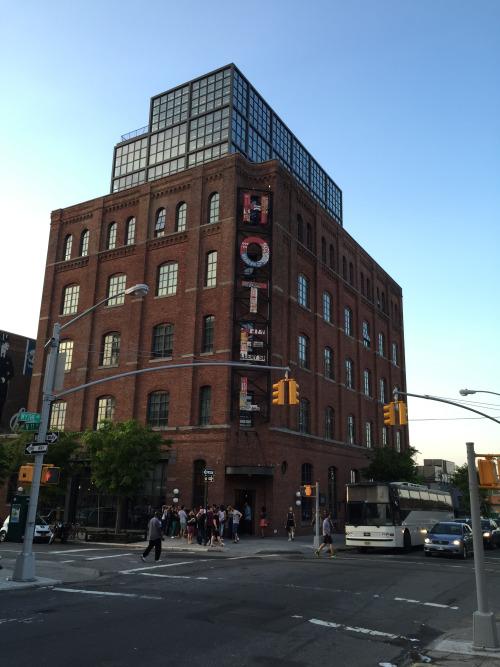 ワイス・ホテルの外観。ルーフトップには人が沢山いて、写真で見える通り、路上に行列ができていた。
