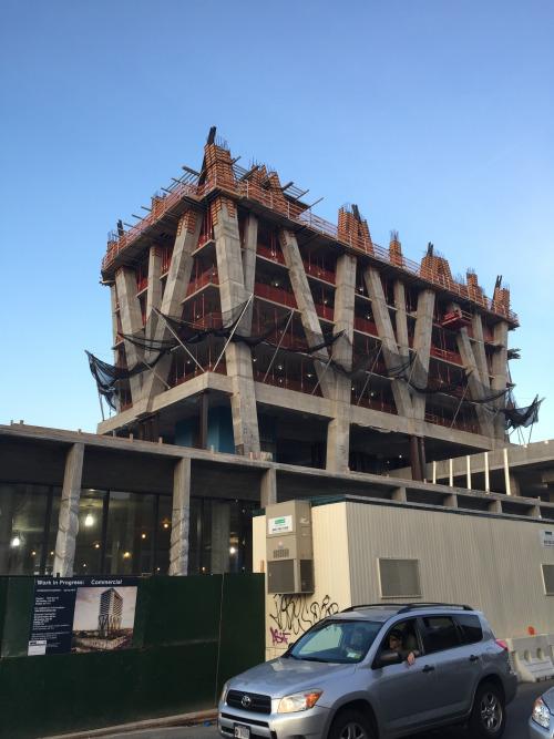 ワイス・アヴェニューの端の方に建設中の商業施設。他にも新たなアパートなどが続々と建設中で、変化を感じる。