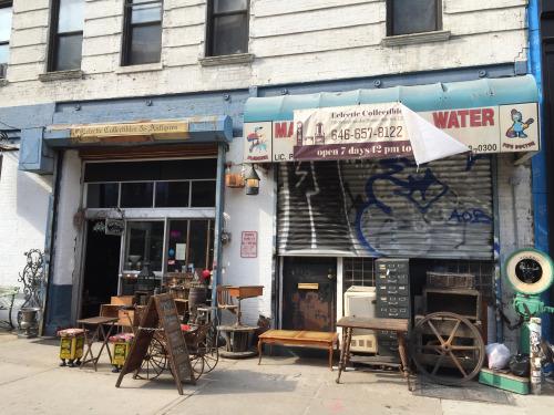 昔から経営しているアンティーク店。建設中の新たな建物の数々に押されて、ここが消えないことを願う。