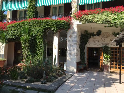 ホテル・アウグスタスの入り口。赤、緑が濃く、白い石との配色が美しい