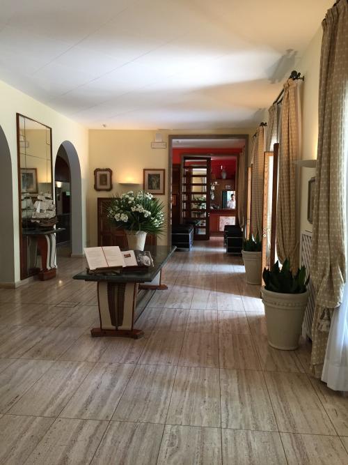 ホテル玄関。ペセンティ家に雇われた家具デザイナーのオズヴァルド・ボルサーニ設計をほぼ保存
