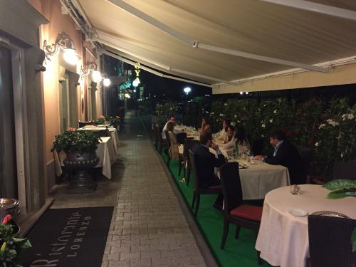 ホテル付近で20年間経営しているレストラン「ロレンツォ」で味わう魚のクオリティと接客のレベルは超一流