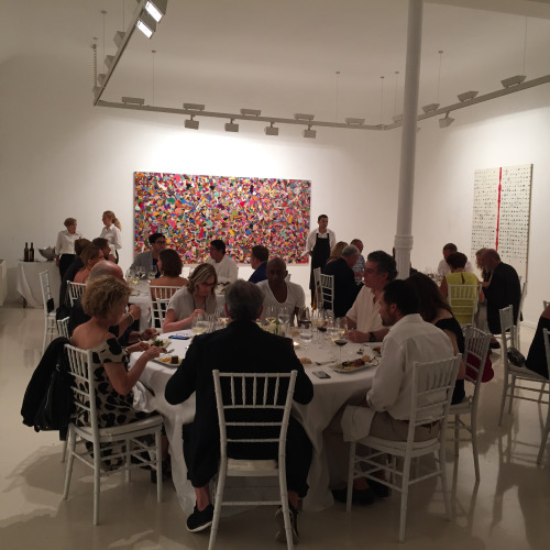 イタリア人アーティスト、アリギエロ・ボエッティ(1940−1994)の作品展オープンイベントのディナーに招待された。後方に見えるのはボエッティの作品で、アフガニスタンの人が手作業で刺繍したもの