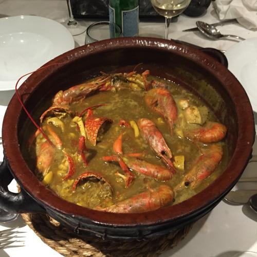 マヨルカの「漁師メシ」がこれ。地元のエビなど魚介が豊富に入ったスープは濃厚。諸事情あって、どこのレストランかは明記できません。ごめんなさい