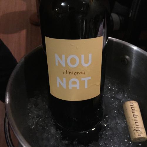 マヨルカ産の白ワイン「ノウ・ナット」。ドライで軽く、飲みやすい。漁師メシとの組み合わせとしてはベストだ