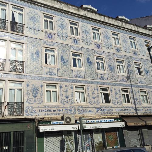 1849年創業の陶芸工場のファサードが今でも残されている。こういった美しいタイルを貼った建物はリスボン市内の至る所で見られる