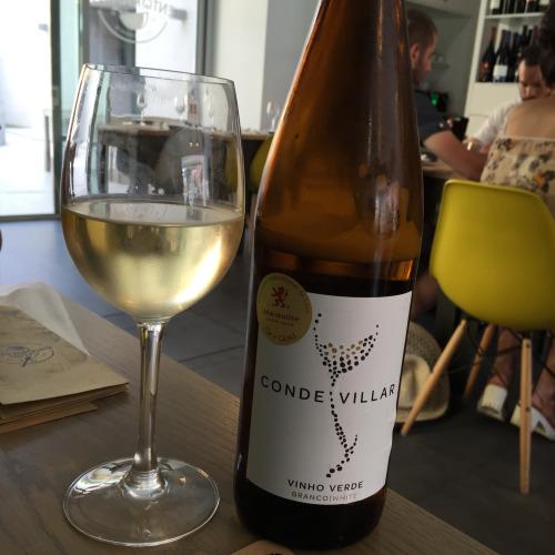 「ヴィーニョ・ヴェルデ」は僕の大好物。「緑のワイン」と直訳できるが実際に緑色というわけではなく、赤とロゼもある。若いグレープを収穫して生産するので「緑」の名が付いたそう。ほんのりスパークリング
