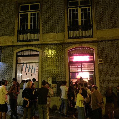 オペラリオ通りに最近できて話題を読んでいるナイトクラブ「ダマス」。週末となればこのとおり若者が道に溢れるほどの盛況ぶり
