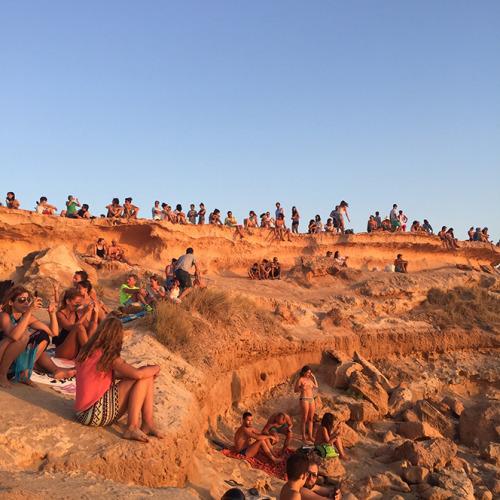 とあるビーチで夕焼けを鑑賞する人々。ここでは水平線で確認できる日没と同時に盛大な拍手が起こっていました