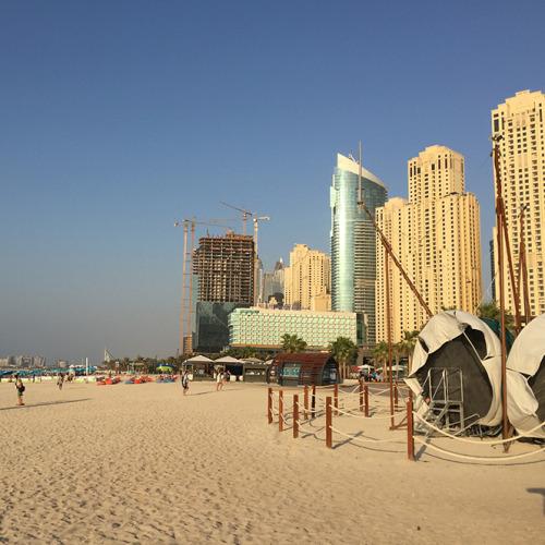本文でも触れた人工ビーチの風景。ビーチに高層ビルがそびえ立ち、建設中のビルが見受けられるのもこの町ならでは。