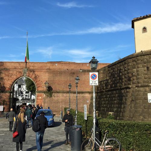 フォルテッツァ・ダ・バッソの外観。城壁の一部がイベント会場への入り口になっている