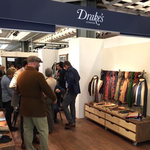 会場内にひしめく多数のブランドの展示ブースから、僕の好きな英国ブランド「ドレイクス」をピックアップ。来年3月に東京に初の直営店オープン!