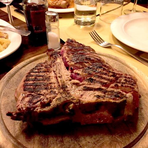 同レストランにてこの地域伝統の「フィオレンティーナ・ステーキ」。フィレンツエに行った際には一度は試していただきたい