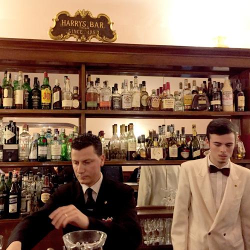 1953年から経営している「ハリーズ・バー」。60年間ほとんど変わらない内装、サービスのレベルは必見。筆者にとってはネグローニが定番