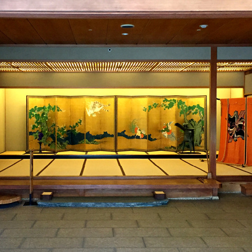 金城楼の豪華な入り口。屏風は18世紀に活躍した狩野永敬作。右端に掛かっている着物は先日他界された元女将さんが手作りされたのだそう