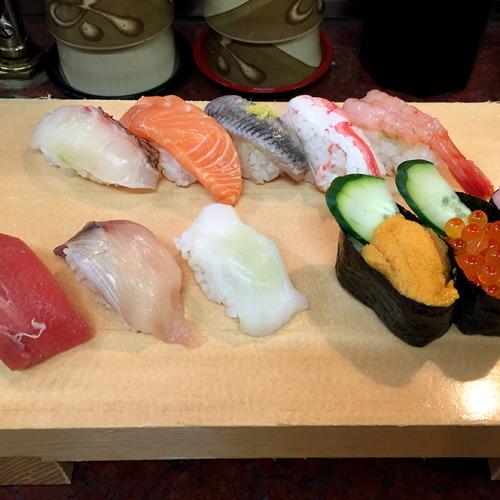 近江市場で食べた寿司。ネタは新鮮。シャリが握りきられておらず崩れやすいのが、江戸前に慣れた僕にとっては難儀だったが、これは北陸スタイルだろうか