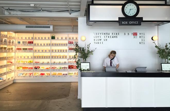 ラドロー通りにできた映画館「メトログラフ」。オーガニック飲料や日本のお菓子など、ユニークな商品を陳列