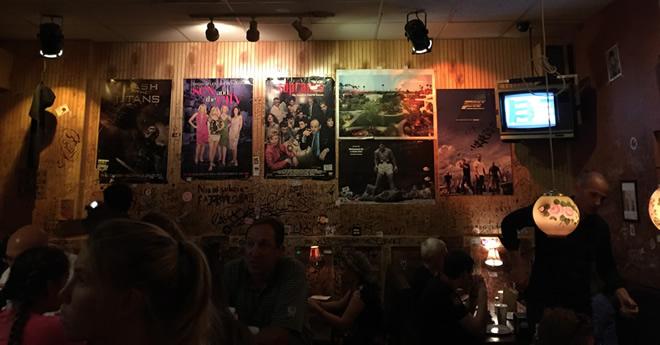 バーガー店の内部、落書き自由、映画のポスターのセレクションも渋い!