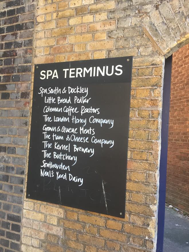 スパ・テルミナス入り口にある、店舗の名前を示す看板