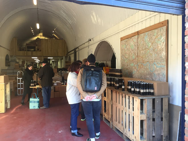 ロンドンにおけるクラフトビールの先駆けの一つ「カーネル」の工房兼ショップ