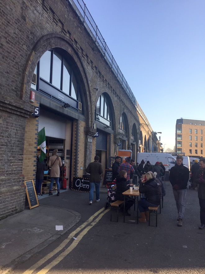 このように高架下沿いにずらっと、イタリア食材、肉やビールの店が軒を連ねる