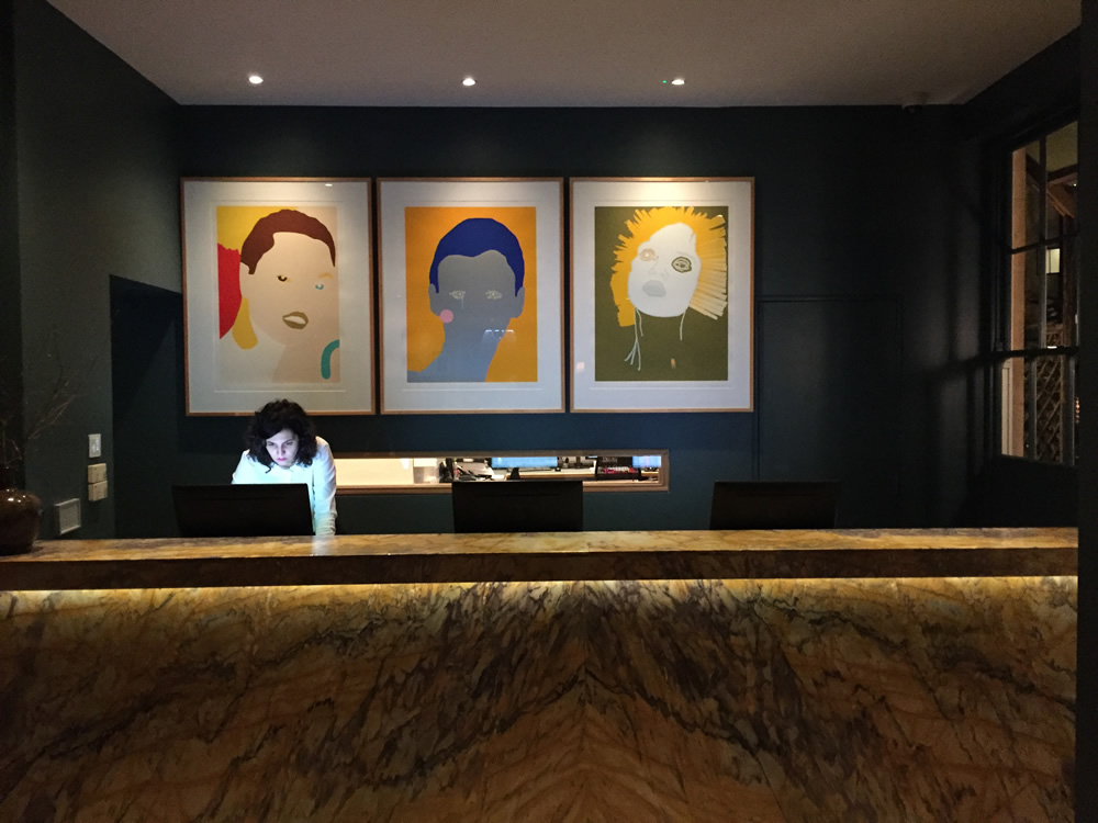 ホテルのレセプションには見事な大理石、そして地元アーティストの絵画が飾られている
