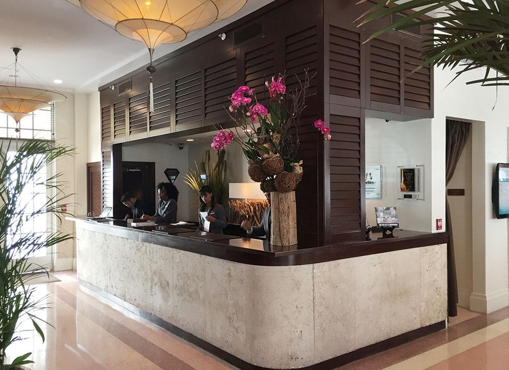 ホテルのフロントデスク。下部のくすんだ部分は開業当時に使用したサンゴ