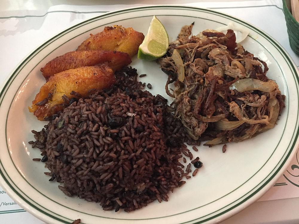 1971年オープンのキューバ料理店「ヴェルサイユ」はマスト。これは定番の「ヴァカ・フリタ」といって、黒豆ライス、キューバン・バナナのフライそして刻み牛肉の組み合わせ